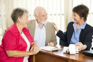 Ein Paar Senioren bekommt Beratung zu Finanzthemen am Tisch